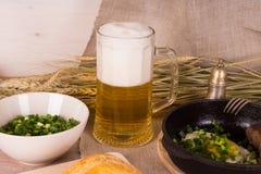 Bier mit Spiegeleiern Lizenzfreie Stockfotos