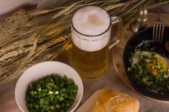 Bier mit Spiegeleiern Stockbilder