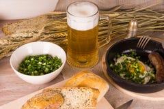 Bier mit Spiegeleiern Lizenzfreie Stockbilder