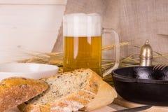 Bier mit Spiegeleiern Stockfoto