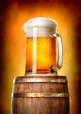 Bier mit Tonne auf Gelb Stockbild