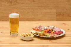 Bier mit Würsten und Nüssen Stockfoto
