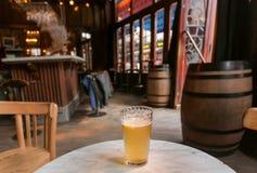 Bier mit Zitrone für Besucher der Bar mit Weinleseholzmöbel und -Buntglasfenstern Alte Stange in Brüssel, Belgien Lizenzfreie Stockfotos