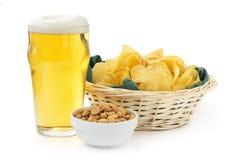 Bier, pinda's en chips Royalty-vrije Stock Foto's