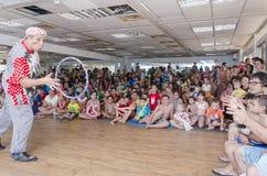 Bier-Sheva, ISRAËL - Clown die de JONGE GEITJES van het hoepelpubliek, 25 Juli, 2015 werpen Stock Fotografie