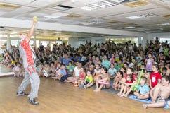 Bier-Sheva, ISRAËL - Clown en het publiek van kinderen, 25 Juli, 2015 Stock Afbeeldingen