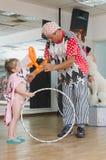 Bier-Sheva, ISRAËL - Clown en meisje met een oranje bal en een hoepel, 25 Juli, 2015 Stock Foto's
