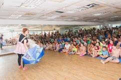Bier-Sheva, ISRAËL - Clown met blauwe paraplubakken voor een menigte van kinderen die in de zaal, 25 Juli, 2015 zitten Stock Fotografie