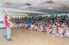 Bier-Sheva, ISRAËL, 25 Juli, Kinderen - het publiek en de mens-clown, 2015 Royalty-vrije Stock Foto's