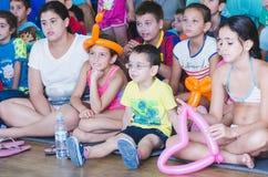 Bier-Sheva, ISRAËL - Kinderen met kijkers in de de zomervakantie, 25 Juli, 2015 Stock Afbeeldingen