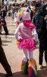 Bier-Sheva, ISRAËL - Maart 5, 2015: Bier-Sheva, ISRAËL - Maart 5, 2015: Meisje in een kostuum en een hoeden roze ram, achtermenin Stock Afbeeldingen