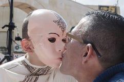 Bier-Sheva, ISRAËL - Maart 5, 2015: De jongen in een kostuum en een roze masker van een mens zien tseluetsch samoeraien met zijn  Royalty-vrije Stock Foto's