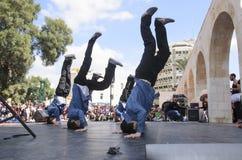 Bier-Sheva, ISRAËL - Maart 5, 2015: De kerels zijn op de meningen van tieners die op stadium dansen - Purim Royalty-vrije Stock Afbeeldingen