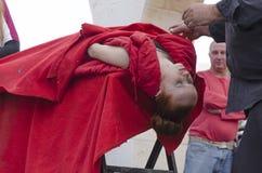 Bier-Sheva, ISRAËL - Maart 5, 2015: De tovenaar presteert op de de hypnosezitting van de straatscène met het meisje in rood - Pur Royalty-vrije Stock Foto