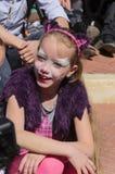 Bier-Sheva, ISRAËL - Maart 5, 2015: Het meisje met samenstellingskat met purpere oren en kaap, zit Royalty-vrije Stock Afbeelding