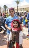 Bier-Sheva, ISRAËL - Maart 5, 2015: Jongen en meisje in oosters kostuum op de straat in de menigte bij het festival van Purim stock afbeeldingen