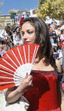 Bier-Sheva, ISRAËL - Maart 5, 2015: Meisje in een scharlaken kleding met rode ventilator in de stijl van Carmen - Purim Royalty-vrije Stock Foto