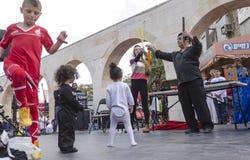Bier-Sheva, ISRAËL - Maart 5, 2015: Toespraak bij de straatscène van kunstenaars en kinderenkijkers - Purim Royalty-vrije Stock Afbeeldingen