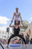 Bier-Sheva, ISRAËL - Maart 5, 2015: Twee mensen, clowns, turners, één van hen in een tutu - met oefeningen op het open stadium Stock Foto