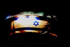 Bier-Sheva, ISRAEL - April 2012: Israelische Flagge im Himmel der dunklen Nacht in Israels-Unabhängigkeitstag im Bier-Sheva, Isra Stockbild