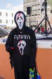 Bier-Sheva, ISRAEL - 5. März 2015: Bier-Sheva, ISRAEL - 5. März 2015: Der Mann im schwarzen Anzugstod mit einer Aufschrift in Heb Lizenzfreie Stockbilder