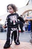 Bier-Sheva, ISRAEL - 5. März 2015: Das Kind in einem schwarzen Anzug mit einem Bild des Skeletts auf dem Sommerstraßenbild - Puri Stockfotografie