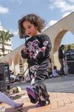 Bier-Sheva, ISRAEL - 5. März 2015: Das Kind in einem schwarzen Anzug mit einem Bild des Skeletts auf dem Sommerstraßenbild - Puri Lizenzfreie Stockfotos