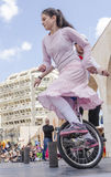 Bier-Sheva, ISRAEL - 5. März 2015: Das Mädchen in einem rosa Kleid auf einem Fahrrad mit einem Rad - Purim Lizenzfreie Stockfotografie