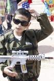 Bier-Sheva, ISRAEL - 5. März 2015: Ein Junge in einer grünen Klage mit einem Spielzeuggewehrsoldaten - Purim Lizenzfreies Stockfoto