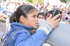 Bier-Sheva, ISRAEL - 5. März 2015: Jugendliche mit einem Handy Lizenzfreie Stockfotos