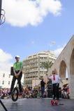 Bier-Sheva, ISRAEL - 5. März 2015: Jugendlichjunge auf Fahrradfelgen, man steht auf der offenen Bühne - Purim Stockfotos