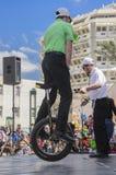 Bier-Sheva, ISRAEL - 5. März 2015: Jugendlichjunge auf Fahrradfelgen, man steht auf der offenen Bühne - Purim Stockbilder