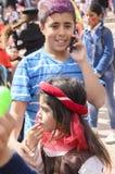 Bier-Sheva, ISRAEL - 5. März 2015: Jugendlichjunge mit dem purpurroten Haar färbte in einem blauen gestreiften Hemd mit Handy - P Lizenzfreie Stockfotografie