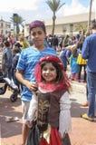 Bier-Sheva, ISRAEL - 5. März 2015: Jugendlichjunge mit dem purpurroten Haar färbte in einem blauen gestreiften Hemd mit Mädchen - Stockbild