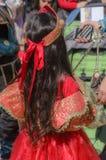 Bier-Sheva, ISRAEL - 5. März 2015: Mädchen in einem roten Kleid mit einer roten Krone mit dem langen Haar, das mit ihrem zurück-  Lizenzfreie Stockfotografie