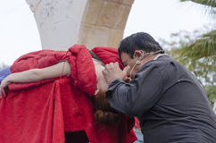 Bier-Sheva, ISRAEL - 5. März 2015: Magier führt an der Straßenbildhypnosesitzung mit dem Mädchen im Rot - Purim durch Lizenzfreie Stockbilder