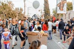BIER SHEVA, ISRAEL - 1. MÄRZ 2018: Purim-Straßenmaskerade auf der Straße im Bier-Sheva Glücklicher purim Tag in Israel Stockbild
