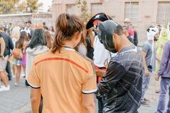 BIER SHEVA, ISRAEL - 1. MÄRZ 2018: Purim-Straßenmaskerade auf der Straße im Bier-Sheva Glücklicher purim Tag in Israel Stockbilder