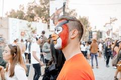 BIER SHEVA, ISRAEL - 1. MÄRZ 2018: Purim-Straßenmaskerade auf der Straße im Bier-Sheva Glücklicher purim Tag in Israel Stockfotografie