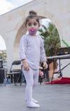Bier-Sheva, ISRAEL - 5. März 2015: Scherzen Sie im Weiß auf einem Straßenbild mit einem Friedensstifter - Purim Lizenzfreies Stockfoto