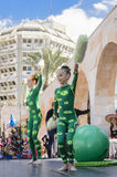 Bier-Sheva, ISRAEL - 5. März 2015: Turner mit zwei Mädchen mit einem grünen Ball Stockfotos