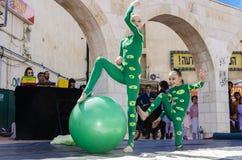 Bier-Sheva, ISRAEL - 5. März 2015: Turner mit zwei Mädchen mit einem grünen Ball Stockbild
