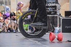 Bier-Sheva, ISRAEL - 5. März 2015: Jugendlichjunge auf Fahrradfelgen, man steht auf der offenen Bühne Lizenzfreie Stockbilder