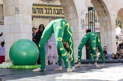 Bier-Sheva, ISRAEL - 5. März 2015: Turner mit zwei Mädchen mit einem grünen bal Lizenzfreie Stockbilder