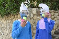Bier-Sheva Negev, Israël - Maart 24, Twee tieners in blauwe gnoomkostuums in witte kappen, Purim Royalty-vrije Stock Afbeelding