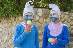 Bier-Sheva Negev, Israel - 24. März, zwei Jugendliche in den blauen Gnomkostümen in den weißen Kappen, Purim Lizenzfreie Stockfotos