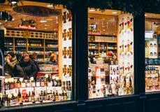 Bier-Speicher mit den Kunden, die verschiedene Art des Bieres vorwählen Stockfoto