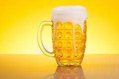 Bier in Stein stockfotos