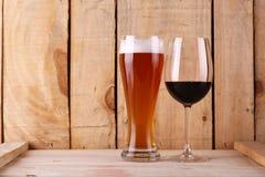 Bier tegenover wijn Stock Foto
