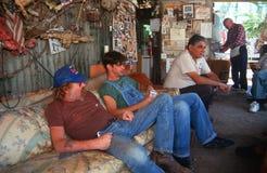 Bier trinkende und entspannende Männer lizenzfreies stockfoto